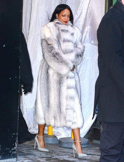 essencecom-rihanna-on-the-set-of-gma_420x545_83