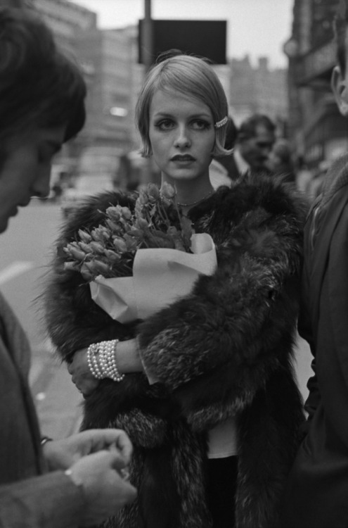 Twiggy in fur and pearls (1967)