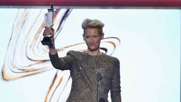 Tilda accepts the David Bowie's tribute award, given during the CFDA show
