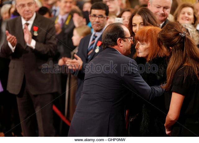 "France's President Francois Hollande (L) awards French fashion designer Sonia Rykiel with the ""Grand Officier de la l'Ordre National du Merite"" during a ceremony at the Elysee Palace in Paris, November 26, 2013. REUTERS/Christian Hartmann (FRANCE - Tags: POLITICS FASHION)"