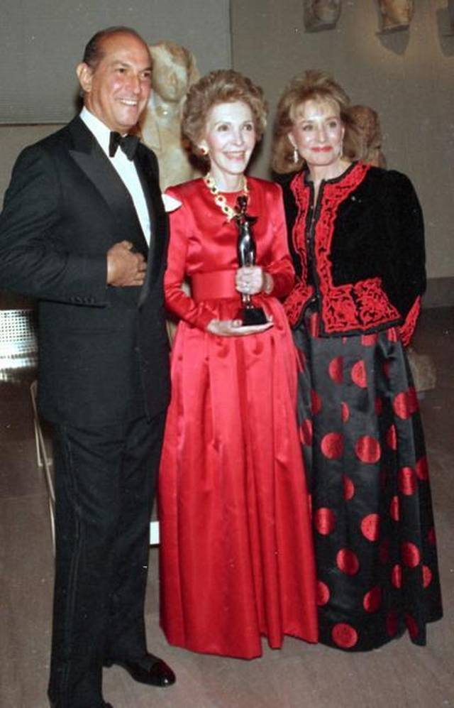 In 1989, from left: fashion designer Oscar de la Renta, first lady Nancy Reagan and journaslit Barbara Walters