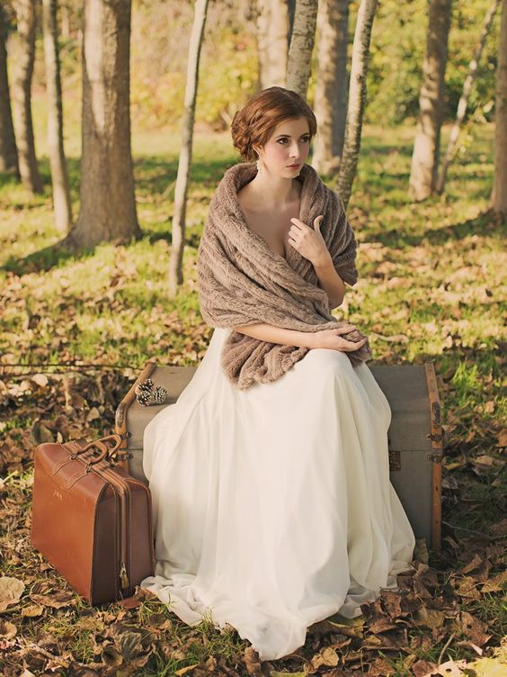 08-brown-faux-fur-stole-for-a-vintage-bridal-look