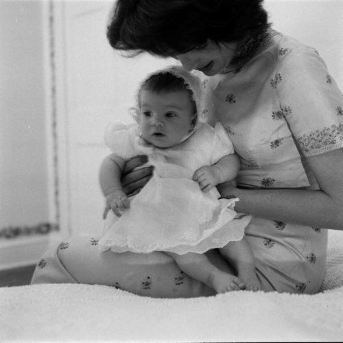 Jacqueline Kennedy and her daughter Caroline in 1958