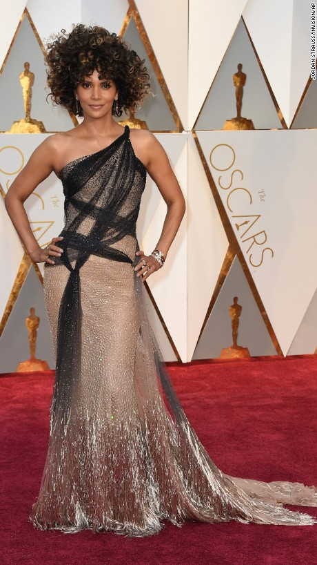 OSCARS Trends - Halle Berry in Versace