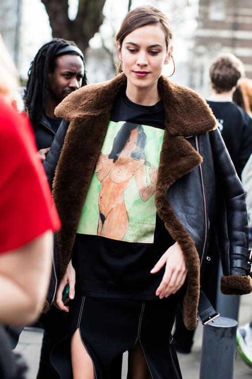 Street style look at London Fashion Week Fall 2017 - Winter 2018