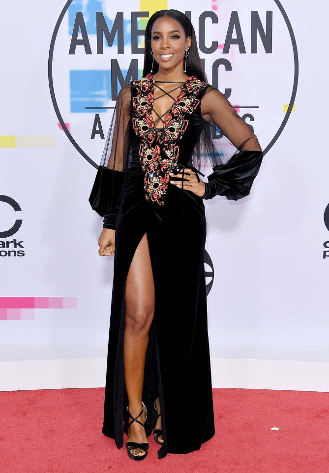 The jury has returned their verdict on this Kelly. Kelly Rowland in her ornate Galia Lahav gown had far too many competing elements that all added up to bad styling for us at 2017 American Music Awards