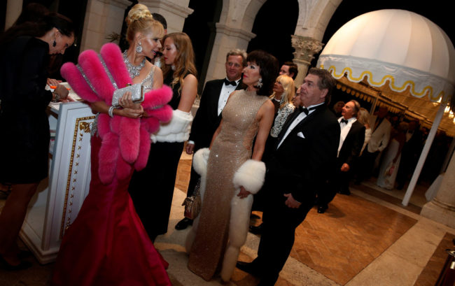 celebrity style The Presidential affair was night filled with old school glitz and glamour. Party goers line up to enter US President-elect Donald Trump's New Year's Eve Party