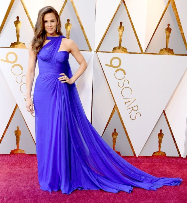 No chance of forgetting Jennifer Garner in this dramatically bold cobalt blue ???? dress at the 2018 Oscars